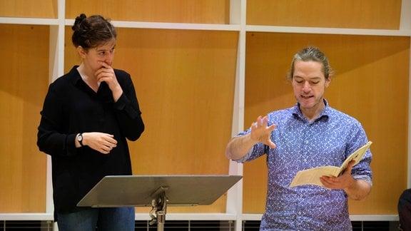 Agnes Schnabl und Florian Helgath arbeiten mit dem MDR-Rundfunkchor beim Dirigentenforum 2021.