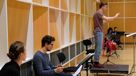 Lukas Siebert arbeitet mit dem MDR-Rundfunkchor beim Dirigentenforum 2021.