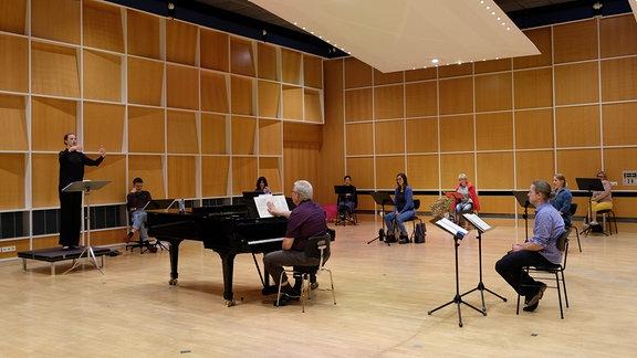 Tatiana Boguta arbeitet mit dem MDR-Rundfunkchor beim Dirigentenforum 2021.
