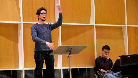 Benjamin Hartmann arbeitet mit dem MDR-Rundfunkchor beim Dirigentenforum 2021.