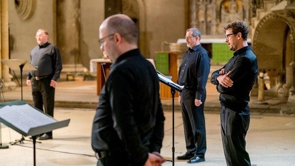 Herren des MDR-Rundfunkchors bei einer Produktion in der Leipziger Peterskirche.