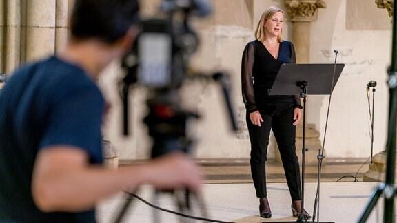 Eine Dame des MDR-Rundfunkchors wird bei einer Produktion in der Leipziger Peterskirche gefilmt.