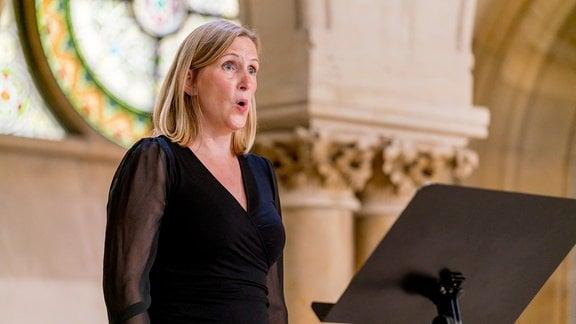 Eine Dame des MDR-Rundfunkchors bei einer Produktion in der Leipziger Peterskirche.