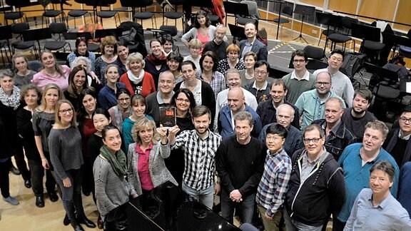 """Dorothea Sprenger und Oliver Kaden halten den Klassik-Preis """"ICMA"""" nach oben. Der MDR-Rundfunkchor hat die Auszeichnung für die eine CD-Einspielung mit Dirigent Florian Helgath erhalten."""