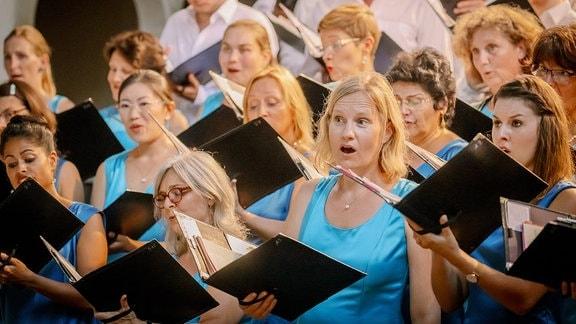 Damen des MDR-Rundfunkchors beim MDR-Musiksommer im Dom zu Halle