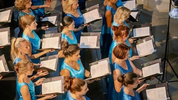 Die Damen des MDR-Rundfunkchors beim MDR-Musiksommer-Konzert im Dom zu Halle von oben fotografiert
