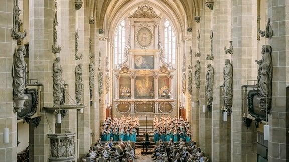 Blick durch den Dom zu Halle Richtung Altarraum, wo der MDR-Rundfunkchor beim MDR-Musiksommer singt