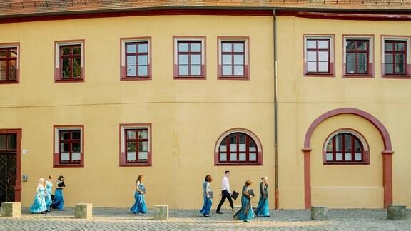 Mitglieder des MDR-Rundfunkchors in Konzertkleidung auf dem Weg zum Dom zu Halle