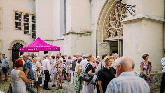 Konzertpublikum vor dem Dom zu Halle