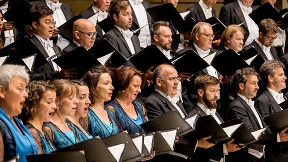 Die Sängerinnen und Sänger des MDR-Rundfunkchors singen in festlicher Kleidung im Gewandhaus