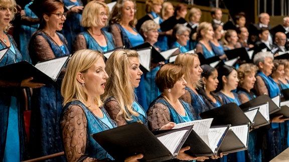 Die Sängerinnen des MDR-Rundfunkchors singen in festlicher Kleidung im Gewandhaus