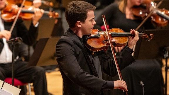 Violinist Andrii Murza musiziert beim Abschlusskonzert des MDR-Musiksommers in Suhl