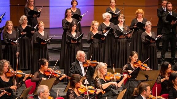 Streichern des MDR-Sinfonieorchesters und Mitglieder des MDR-Rundfunkchors beim Abschlusskonzert des MDR-Musiksommers in Suhl