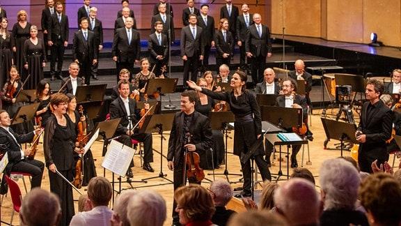 Lächelnde Gesichter in den Reihen der MDR-Ensembles beim Abschlusskonzert des MDR-Musiksommers in Suhl