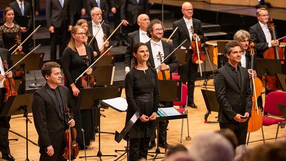 Dirigentin und Violinsolist vor dem Orchester beim Applaus für das Werk von Yuri Laniuk beim Abschlusskonzert des MDR-Musiksommers in Suhl