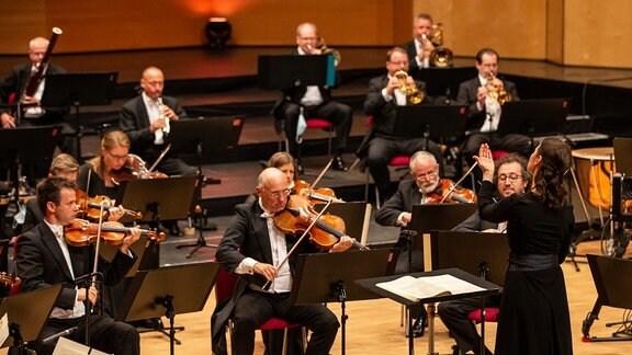 Oksana Lyniv dirigiert das MDR-Sinfonieorchester beim Abschlusskonzert des MDR-Musiksommers in Suhl