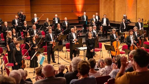 Die Mitglieder des MDR-Sinfonieorchesters auf der Bühne stehend beim Schlussapplaus des Abschlusskonzerts des MDR-Musiksommers in Suhl