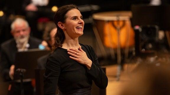 Dirigentin Oksana Lyniv freudig im Schlussapplaus des Abschlusskonzerts des MDR-Musiksommers in Suhl