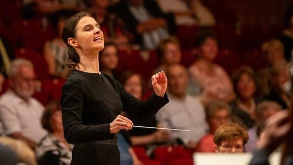 Dirigentin Oksana Lyniv beim Abschlusskonzert des MDR-Musiksommers in Suhl