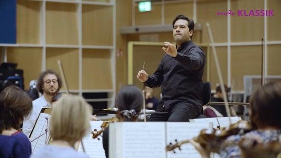 Dirigent Robert Trevino bei einer Orchesterprobe