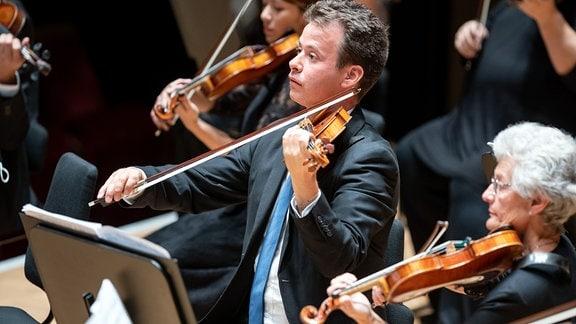 Violinen des MDR-Sinfonieorchesters auf der Gewandhausbühne