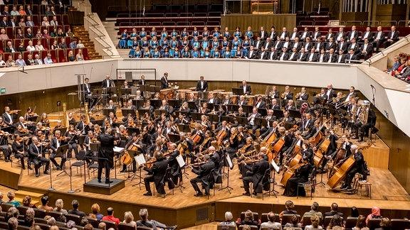 Das MDR-Sinfonieorchester beim Konzert auf der Gewandhausbühne