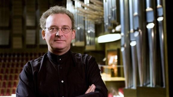 Der Organist Michael Schönheit vor seinem Instrument