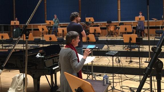 Mitglieder des MDR-Rundfunkchors mit der Komponistin Sylke Zimpel bei einer Aufnahme im MDR-Studio.