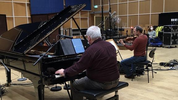 Mitglieder der MDR-Ensembles mit der Komponistin Marta Kowalczuk bei einer Aufnahme im MDR-Studio.