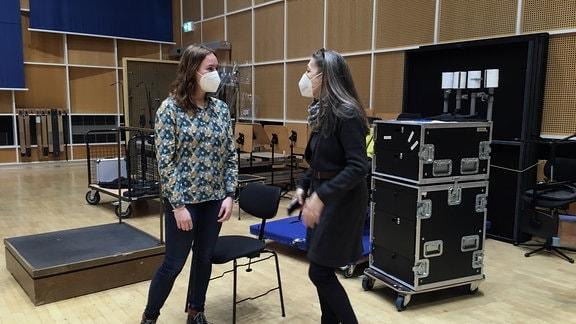 Die Komponistin Marta Kowalczuk im Gespräch mit Dramaturgin Karen Kopp bei einer Aufnahme im MDR-Studio.