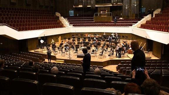 Im leeren Großen Saal des Gewandhauses sind einige Musiker des MDR-Sinfonieorchesters bereits auf der Bühne und bereiten sich auf die Probe vor.