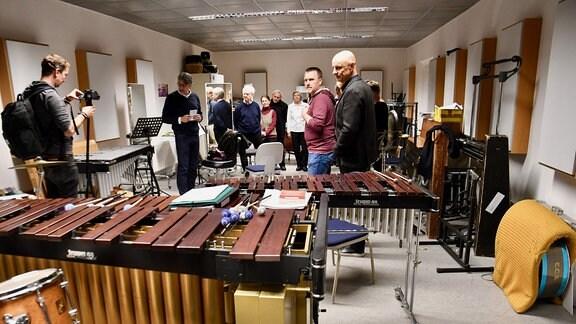 Besucher im Überaum der Schlagzeuger des MDR-Sinfonieorchesters