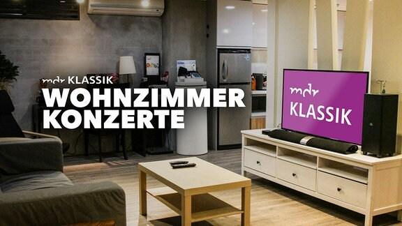 """Ein Wohnzimmer im skandinavisch-modernen Stil mit Couch, Couch-Tisch und TV mit großem MDR KLASSIK-Logo. Große Schrift """"MDR KLASSIK Wohnzimmer-Konzerte"""""""