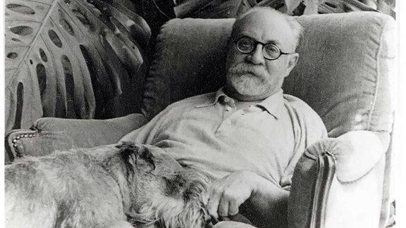 Henri Matisse mit Monstera deliciosa und Hund um 1940, Fotografie