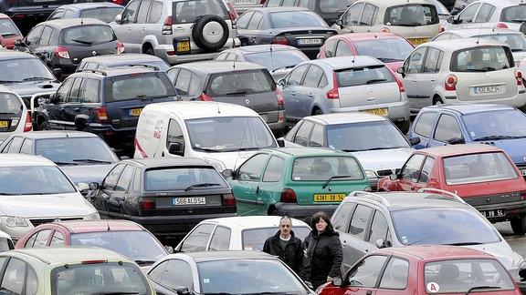 Ein Parkplatz voller Autos