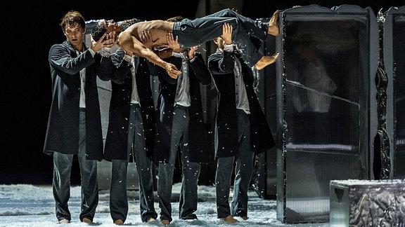 """Szene aus dem Ballett-Stück """"Winterreise"""" am Die Theater Chemnitz"""
