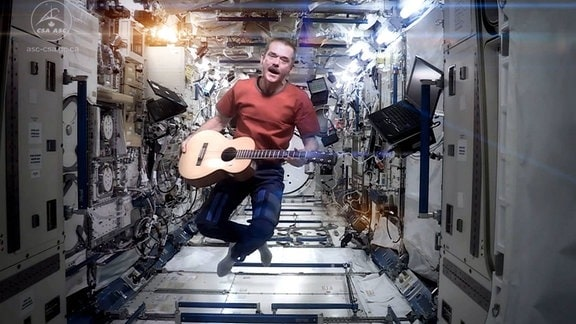Chris Hadfield singt auf ISS David Bowie Song Space Oddity