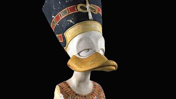 """Ein Objekt aus der Ausstellung """"Duckomenta"""", angelehnt an das alte Ägypten."""