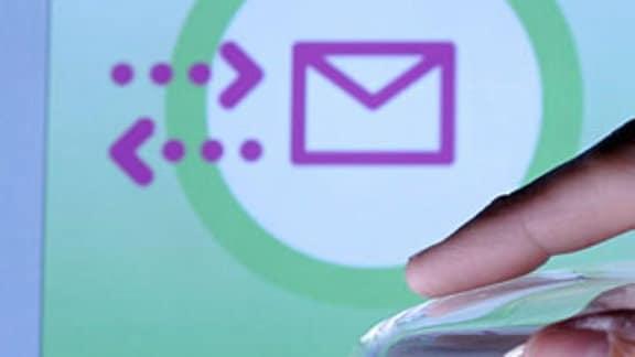 eine Hand auf der Computermaus