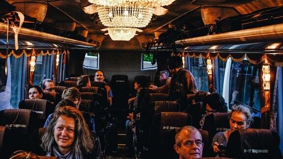 Ein luxuriöser Reisebus ist sogar mit einem Kronleuchter ausgestattet