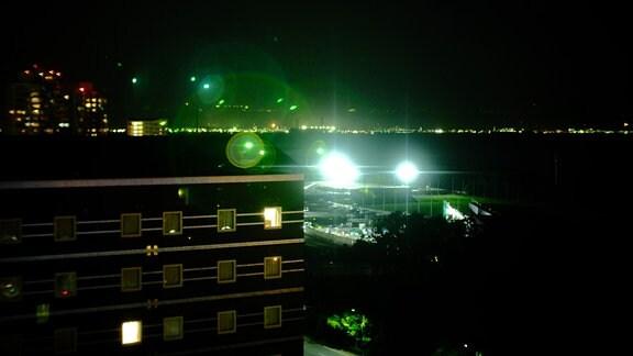 Blick aus dem Hotel über den nächtlichen Hafen von Tokio