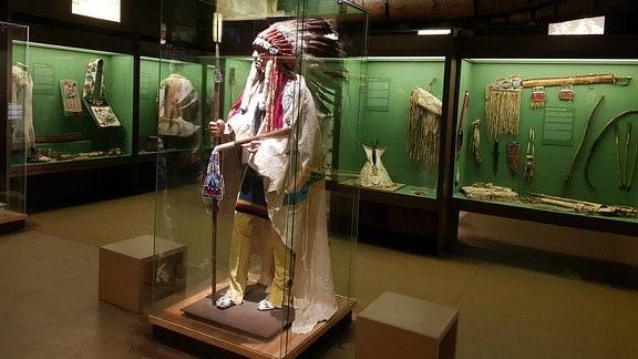 Häuptling in einer Vitrine im Karl-May-Museum Radebeul