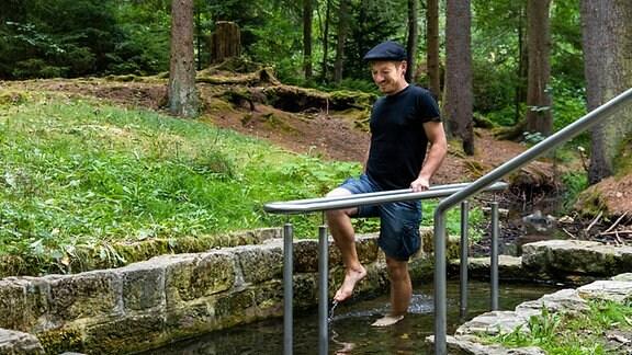 Mann in einer Kneipp´schen Wassertretanlage