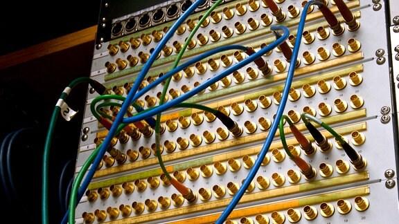 Steckfeldsignale: Kabel stecken in verschiedenen Buchsen