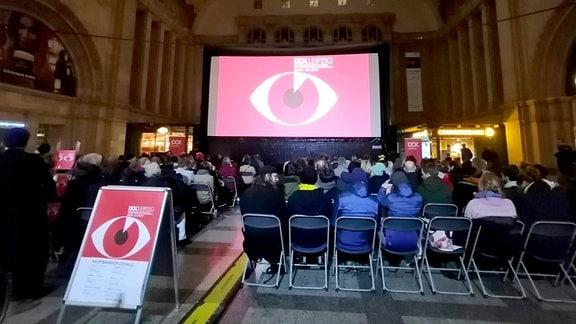 DOK: Vorführung in Osthalle des Hauptbahnhofs