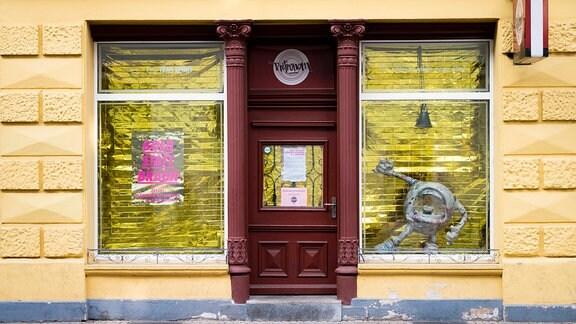 Die Schaufenster der Kleinkunstbühne Retronom in Erfurt ist mit goldener Folie ausgehangen.