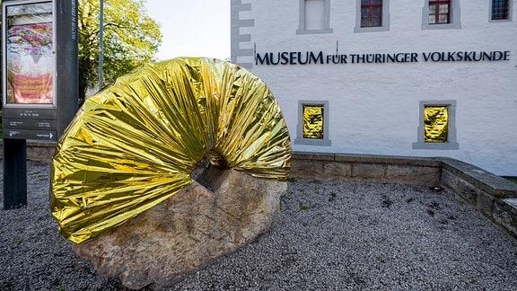 Die Aktion 'GOLD statt BRAUN' vor dem Museum für Thüringer Volkskunde