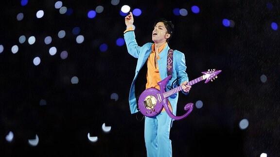 Sänger Prince (USA) während eines Konzertes anlässlich des Super Bowls XLI in Miami