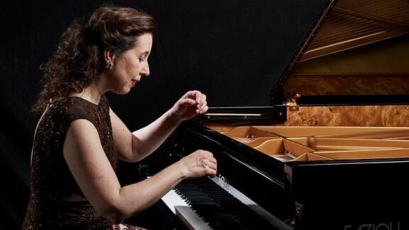 Angela Hewitt spielt am Flügel