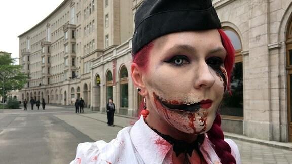 ine gruselig geschminkte Frau blickt während es Wave-Gotik-Treffens in die Kamera